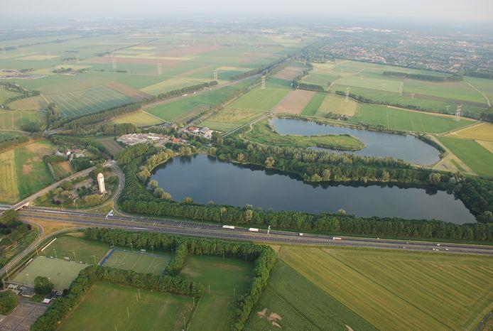 Luchtfoto van het plassengebied bij Raamsdonksveer. Links de watertoren.