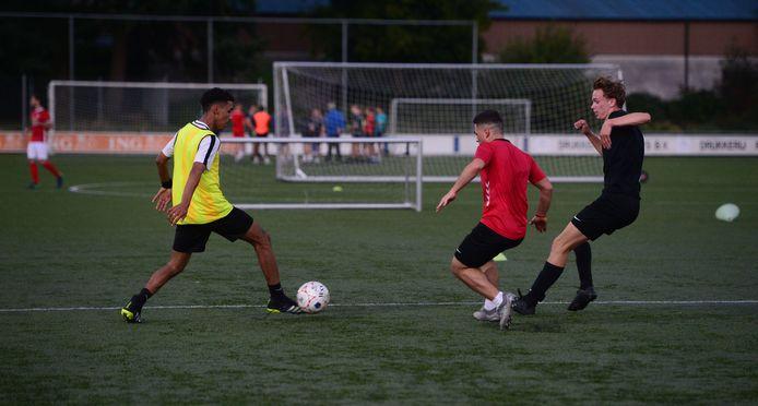 Beeld van een training van Vogido onder 19 (A1).   Als één van de grootste clubs van Enschede verliest Vogido elk jaar zo'n 150 tot 200 leden. Maar de vereniging krijgt er meestal ook een zelfde aantal terug. Toch blijft dit jaar de aanwas bij de jongste groepen achter.