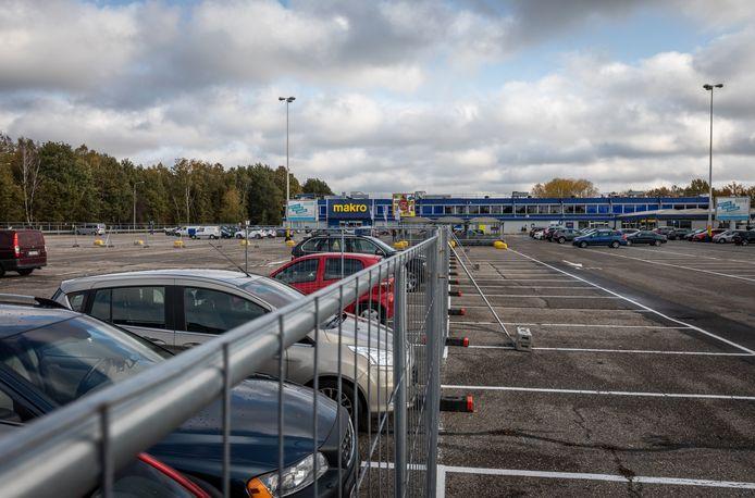 Een deel van de parkeerplaats bij de Makro is afgesloten en in gebruik voor passagiers van het vliegveld.