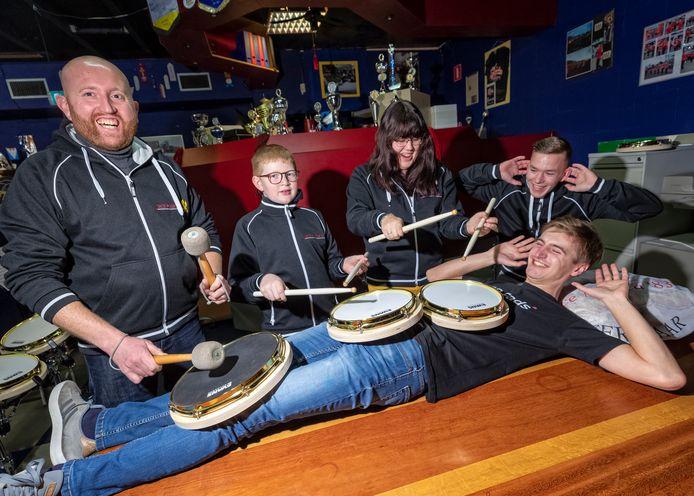 Leden van drumband Dice Musica '83 in Ter Aar mogen als eerste oefenen op de RD-Pads, die bedacht zijn door Daan Cornelissen (liggend).