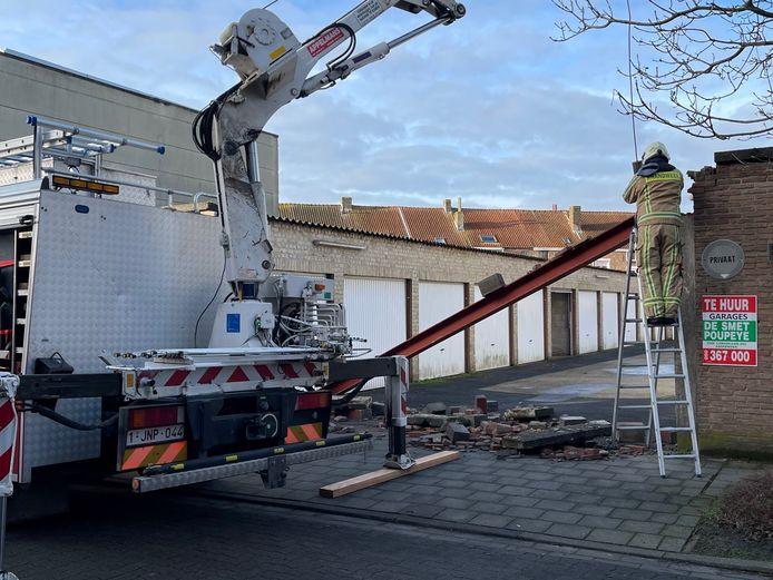 De brandweer kwam ter plaatse om puin te ruimen.