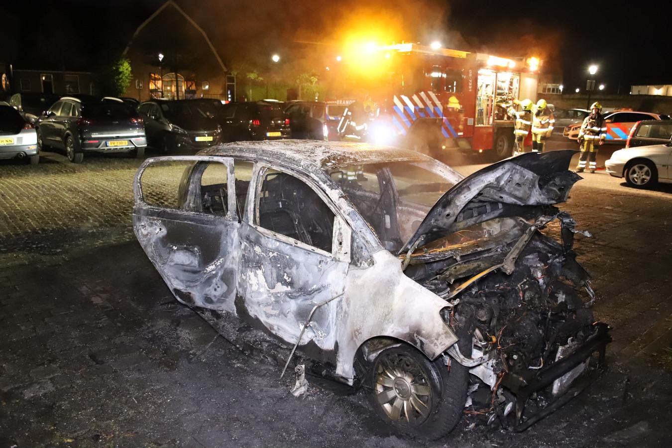 Van de auto in Culemborg is na de brand weinig meer over.