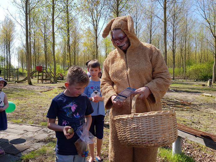 Jayden de Bont (7) uit Rotterdam vond het verstopte gouden ei en kreeg zijn prijs uit handen van paashaas Yvonne Pijl