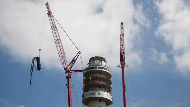 De zendmast in Hoogersmilde wordt ontmanteld, in juni vorig jaar. Beeld ANP