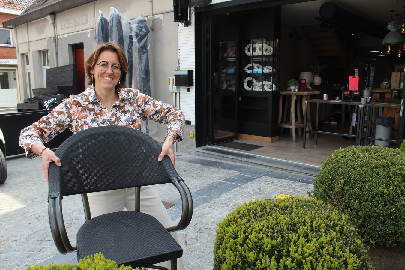 Vanaf zaterdag mag Kathleen Snauwaert de terrasstoelen weer buiten zetten. Niet alleen voor Barz, maar ook voor het pand van de vroegere Reno. Die zaak nam ze onlangs ook over.
