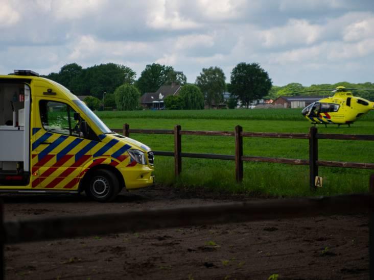 Paard slaat op hol: vrouw valt ongelukkig op hek en wordt afgevoerd naar ziekenhuis in Nijmegen