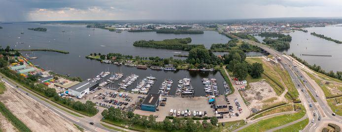 Harderhaven met rechts op de achtergrond de binnenstad van Harderwijk.