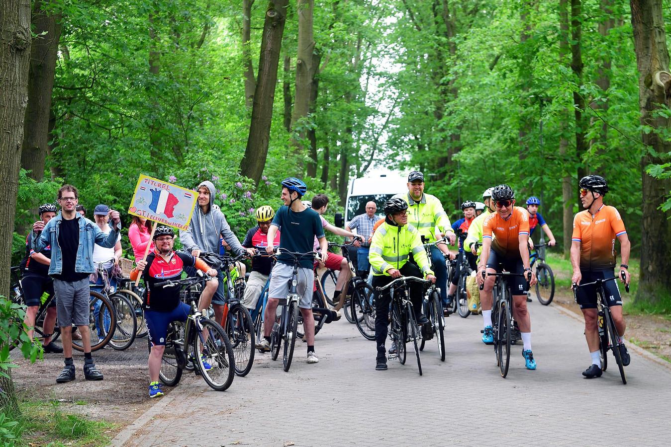 Zo'n dertig cliënten van Titurel reden bij Ossendrecht een sponsortocht met Jan Prop en Huub Kools (rechts in het oranje) die in drie dagen 900 kilometer gaan fietsen voor de Putse zorginstelling.