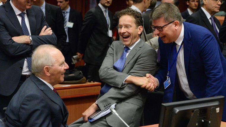 Eurovoorzitter Jeroen Dijsselbloem (tweede van rechts) omringd door de Duitse minister van Financiën Schäuble (tweede van links). Beeld EPA