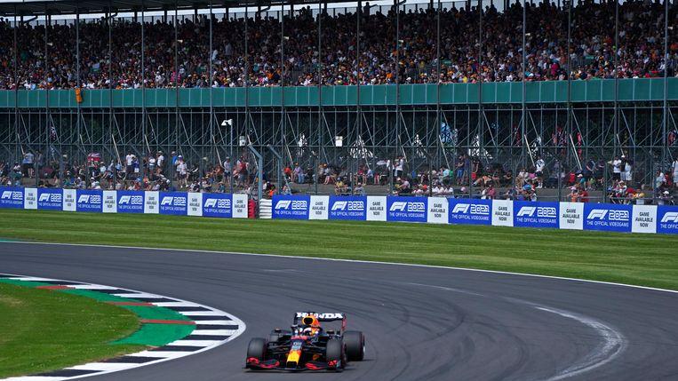 Max Verstappen scheurt in zijn Red Bull voorbij de tribune. Beeld AP