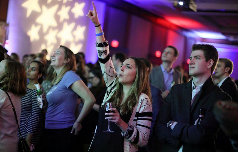 Jonge Democraten reageren op de verkiezingsresultaten tijdens een verkiezingsfeest in Washington.