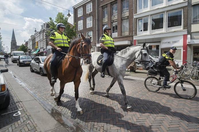 J.P. Luijer op Undercover, Rob van Aalst op Belcanto en Frank Daeseleer op de mountainbike rijden door de Steenstraat in Arnhem.