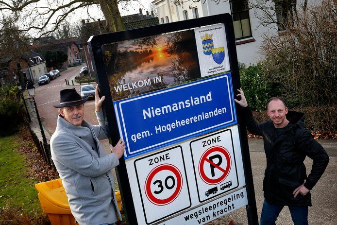 Ook Kedichem is omgedoopt tot Niemansland. Actiegroep Hogeheerenlanden van Sjaak Versluis (links) en Robert de Vries beplakte vijftig komborden in Vijfheerenlanden.