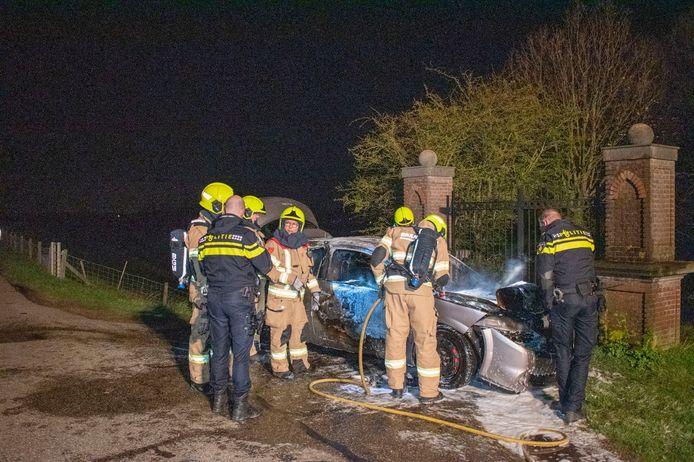 De politie doet onderzoek nadat de brandweer de auto heeft geblust in Gendt.