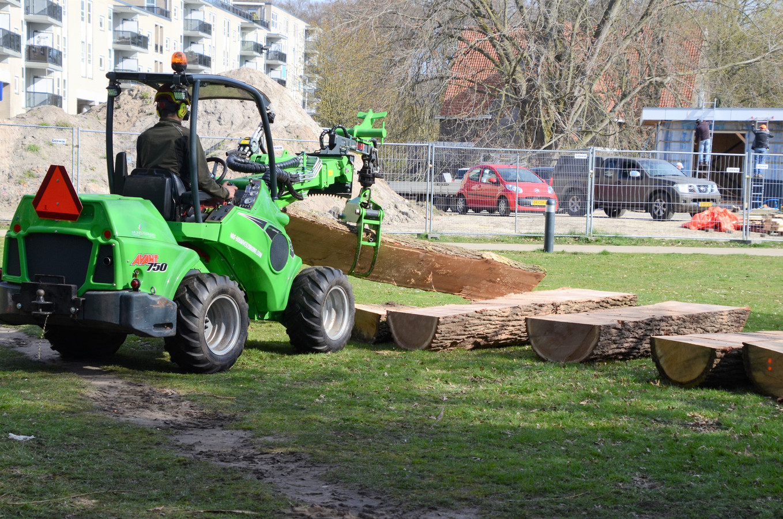 Boomstronken worden in Doepark De Hagen in Almelo gebruikt om er parkmeubilair van te maken.