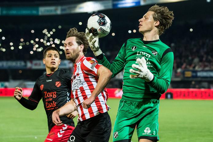 Gabriel Culhaci (links) van FC Utrecht en Sparta-speler Thomas Verhaar zien Jong FC Utrecht-keeper Thijmen Nijhuis de bal vangen.
