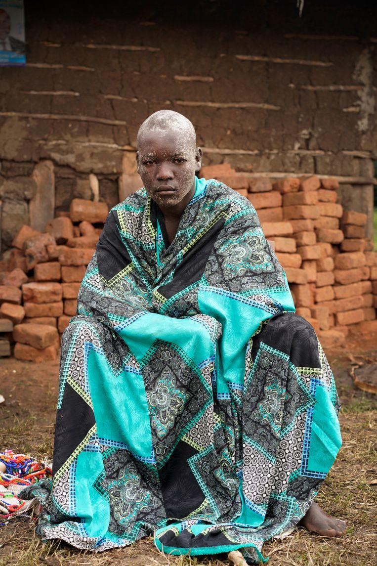 Titus Manana (18) gewikkeld in de deken die hij van zijn vader kreeg na de besnijdenisceremonie. Beeld Michele Sibiloni
