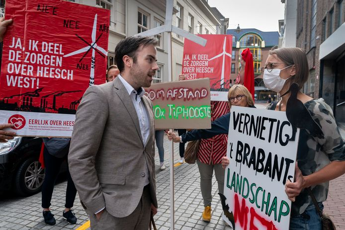 Eerder protest tegen de winmolens in Den Bosch. Ook woensdagavond lieten de bezwaarmakers weer van zich horen vóór de  commissievergadering.