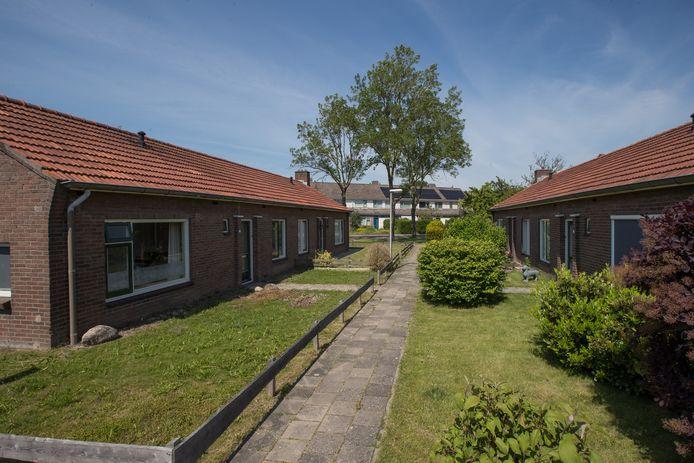 Deze naoorlogse huurhuizen aan het Kerkpadsblok in Wijhe komen mogelijk in aanmerking voor de monumentale status, maar erfgoedvereniging Heemschut wil juist dat vier van dit soort huisjes in Olst blijven staan.