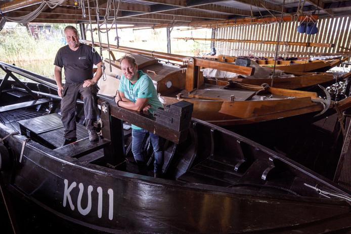 De KU 11 afgemeerd bij de punterwerf van Jan Schreur. Rechts aan boord Edwin Wietsma van het stichtingsbestuur.