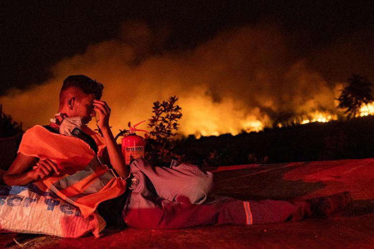Een vrijwiliger rust nabij Akcayaka, in de provincie Mugla.  Beeld AFP