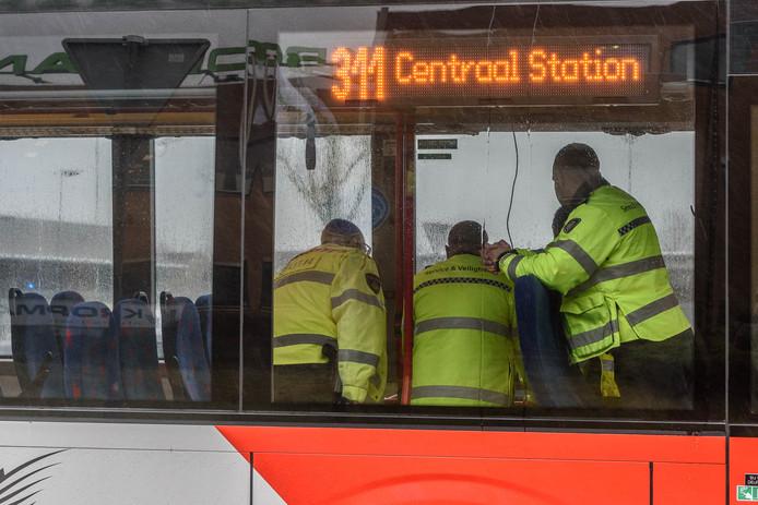 Hulpdiensten in de bus.