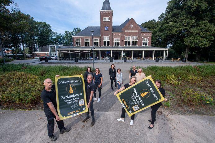 Het Parkgebouw opent het seizoen in haar 100 jarig jubileum jaar. Tanja Zwiers(rechts vooraan) en Jolanda Agteresch (Midden vooraan) kijken er erg naar uit.