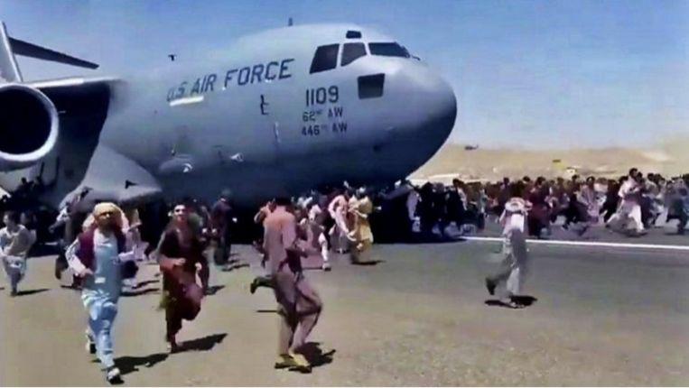 Sommigen bestormden of klommen zelfs op de weinige vliegtuigen die vertrokken. Beeld rv