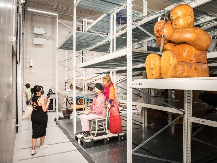 Elke week komen achttien vrachtwagens à 22 kubieke meter kunst aan in het nieuwe depot van het Boijmans Van Beuningen. Beeld Simon Lenskens