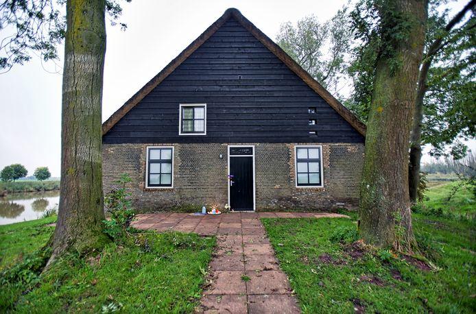 Het vakantiehuisje bij Hooge Zwaluwe, waar na een schietpartij twee doden werden gevonden.