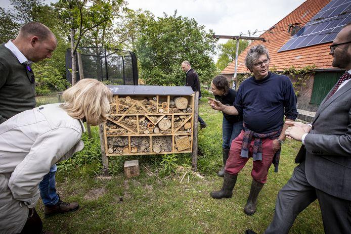 Piet Schagen, tweede van rechts, met zijn gasten bij het bijenhotel op het erf van boerderij De Dennenkamp in Rekken.