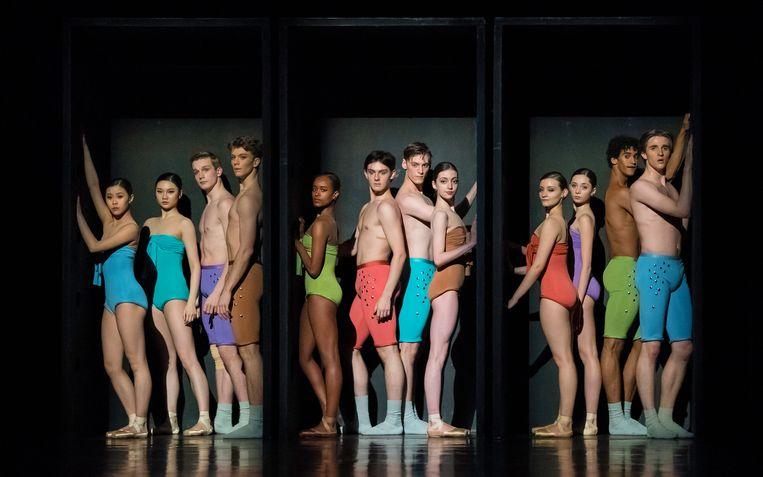 Dansers van de Junior Company in In and Out van choreograaf Hans van Manen, met vijfde van links: Sebia Plantefève-Castryck Beeld Altin Kaftira