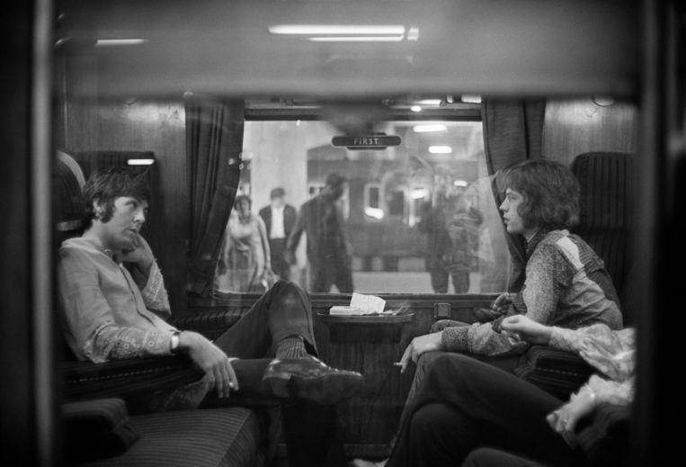 Paul McCartney en Mick Jagger in 1967. Het was McCartney die Jagger zijn eerste joint liet roken. Beeld Getty