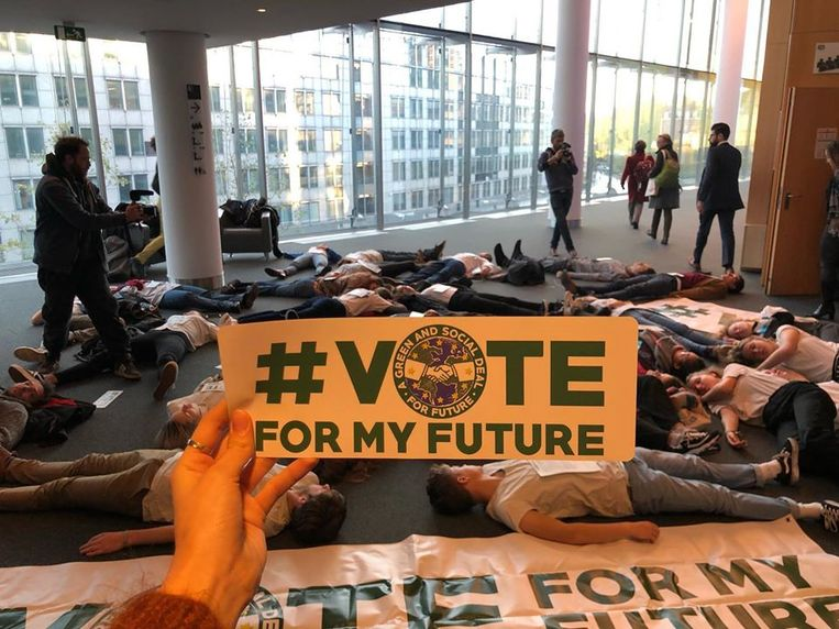 Youth for Climate houdt een 'die-in' in het Europees Parlement.