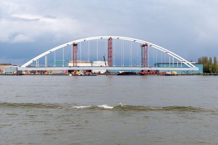 De tijdelijke Suurhoffbrug wordt vannacht eindelijk verplaatst.