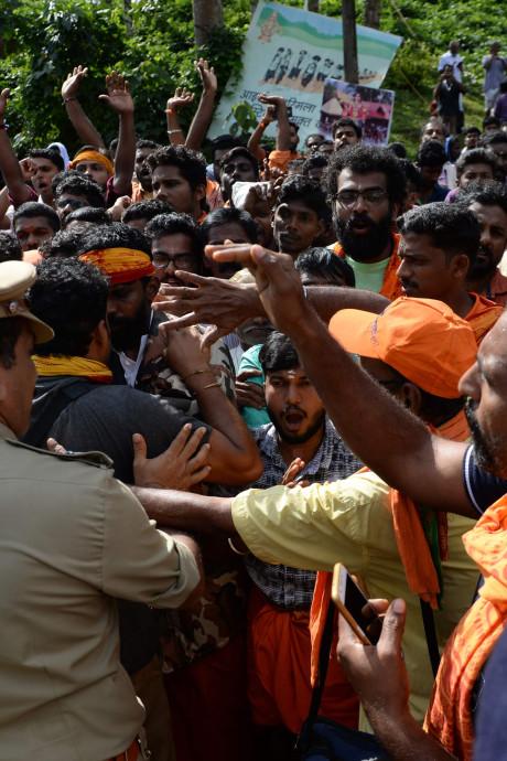 Rellen bij Indiase tempel: mannen houden vrouwen 'in vruchtbare leeftijd' tegen
