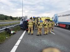 Auto belandt op de kant na botsing met vrachtwagen op A73 bij Beuningen