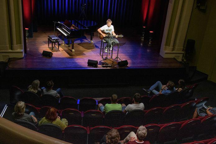 Het kan weer: een concert voor maximaal dertig personen. In Concordia was maandagavond de eerste van singer-songwriter Tim Knol.
