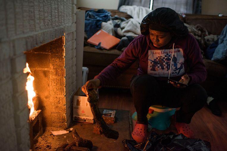 Linda McCoy uit Houston probeert zich bij een openhaard warm te houden. Beeld Getty Images