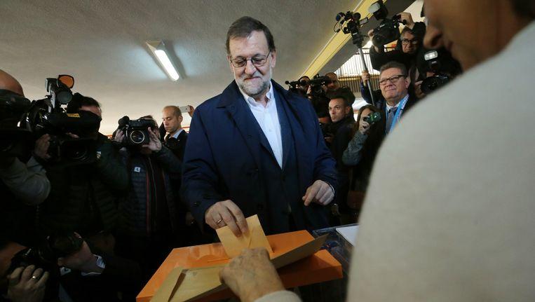Minister president van Spanje Mariano Rajoy brengt zijn stem uit. Beeld null