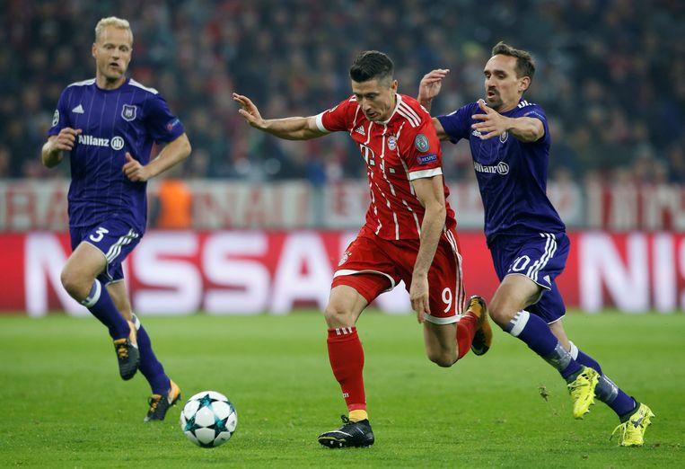 Minuut 10: de fout opgestelde Kums gaat even aan het truitje van Lewandowski hangen. Rood en penalty, match gespeeld.