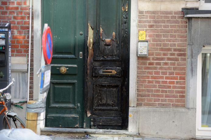 Vandalen hebben kartonnen dozen in brand gestoken in de Parkstraat, Maria Theresiastraat en de Andreas Vesaliusstraat. In die laatste straat raakte een voordeur zwaar beschadigd.