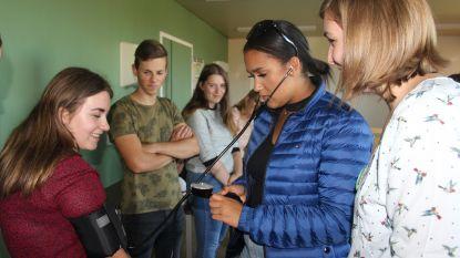 Leerlingen leren spuitje zetten en maken tegelijk kennis met zorgsector
