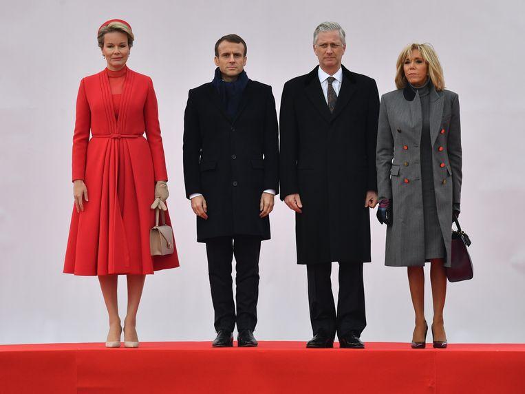 Koning Filip en koningin Mathilde ontvangen de Franse president Emmanuel Macron en zijn echtgenote Brigitte Macron.  Beeld BELGA