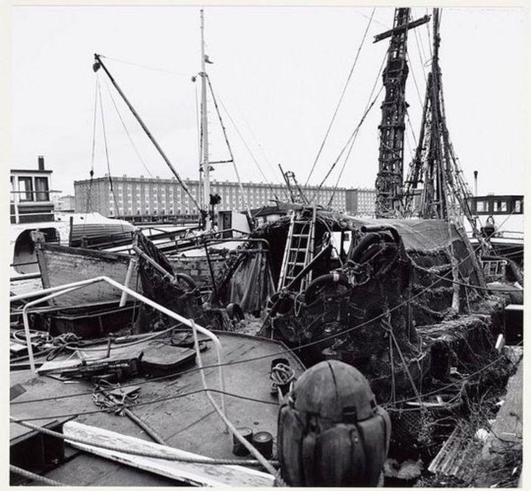 Borneokade bij de Entrepothaven, met het schip van Robert Jasper Grootveld. Op de achtergrond de pakhuizen Zaterdag tot en met Zondag aan de Zeeburgerkade, 2 februari 1994. Foto Doriann Kransberg  Beeld