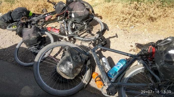 De fietsen van de slachtoffers gefotografeerd door een getuige die het beeld doorstuurde naar nieuwssite RFERL. Alle pistes worden nu onderzocht.