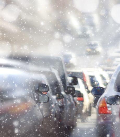 Automobiliste slingert over drie banen over A16, weggebruikers proberen haar af te remmen