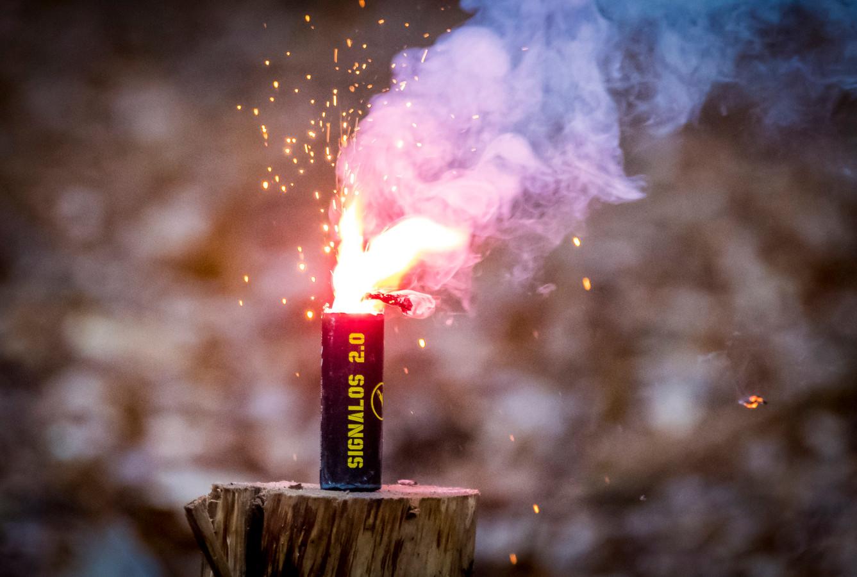Foto ter illustratie. Werknemers die in hun vrije tijd illegaal vuurwerk afsteken en gewond raken, zou een werkgever daarvoor moeten opdraaien?