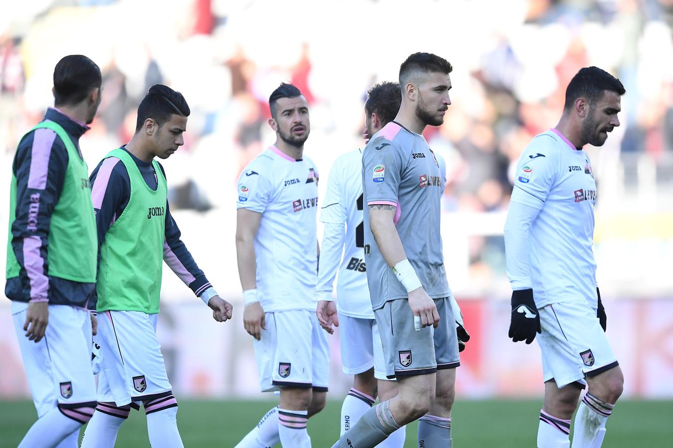 De spelers van Palermo druipen af na de 3-1 nederlaag van gisteren tegen Torino