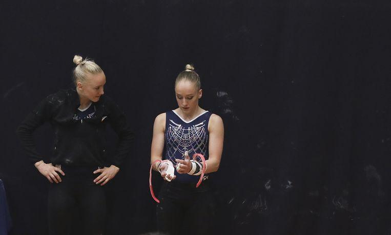 Lieke (l) en Sanne (r) Wevers tijdens de tweede kwalificatiewedstrijd voor een plek in het olympisch team. Beeld ANP